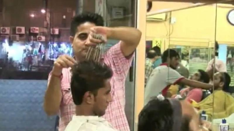 Pakistani Edward Scissorhands Gives Haircuts Using 15 Scissors At Once