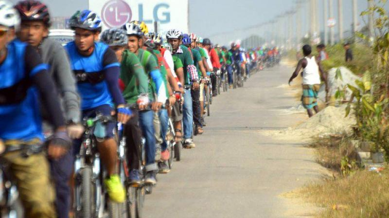 The longest chain of cyclists. (Photo: Twitter | @rezwan)
