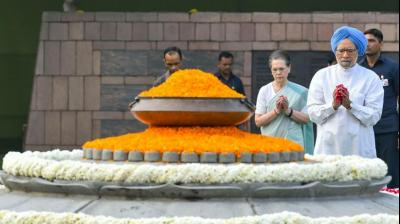 Former prime minister Manmohan Singh and Congress interim president Sonia Gandhi pay tribute to former prime minister Rajiv Gandhi on his birth anniversary at Veer Bhumi, in New Delhi. (Image: PTI)