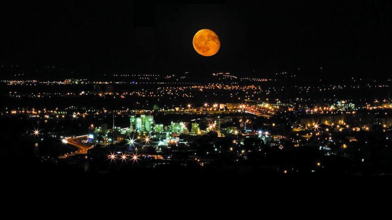 Romainguy red moon