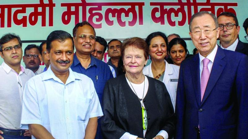 Delhi chief minister Arvind Kejriwal, health minister Satyendar Jaini, Norwegian former Prime Minister Gro Harlem Brundtl and former United Nations Secretary-General Ban Ki-moon visit a Mohalla Clinic at Peeragarhi in New Delhi on Friday.(Photo: PTI)