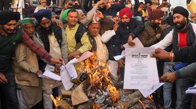 Farmers burn farm law copies to mark protest