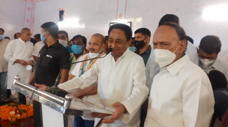 Senior BJP leader Satish Singh Sikarwar joins Congress in presence of Kamal Nath. (Twitter)