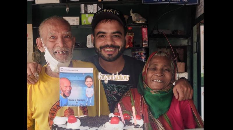 YouTuber Gaurav with Baba ka Dhaba owners Kanta Prasad and his wife Badami Devi (Photo : Facebook - Swad Official)