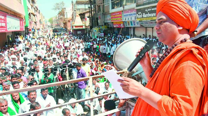 Dingaleshwar Swamiji addresses a public meeting of his devotees. (Photo: The asian age)