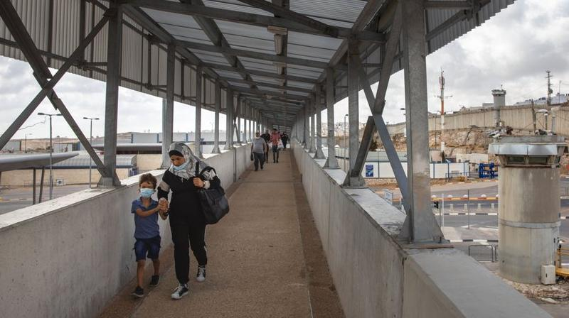 Palestinians cross a bridge at Qalandia checkpoint between the West Bank city of Ramallah and Jerusalem. (AP)
