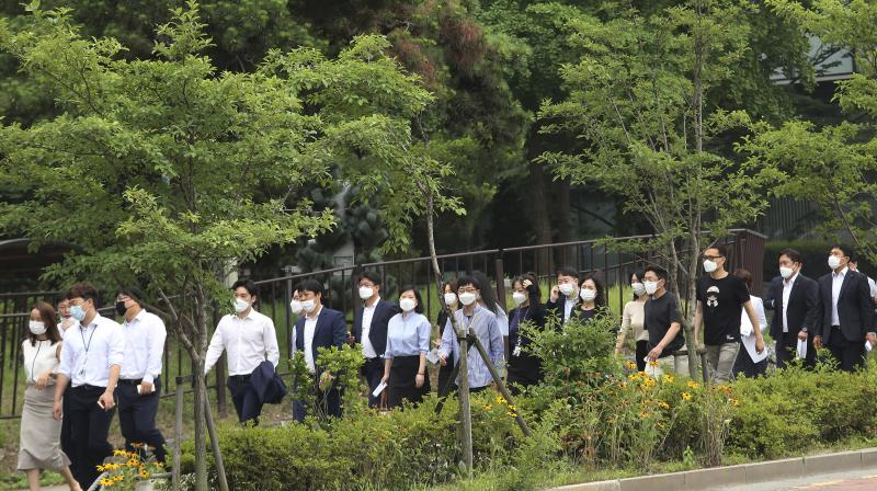 People wearing face masks to help protect against the spread of the new coronavirus cross a road in Seoul, Monday, June 29, 2020. (AP)