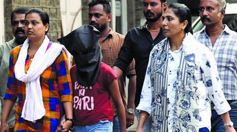 Accused wearing a T-shirt that says 'Papa ki pari'.