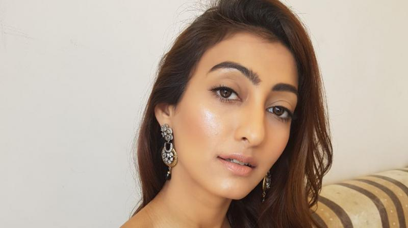 Mumbai-based professional make-up artist Bushra Madhiya shares how to get the perfect sun-kissed look this season. (Photo/Video: Alfea Jamal)