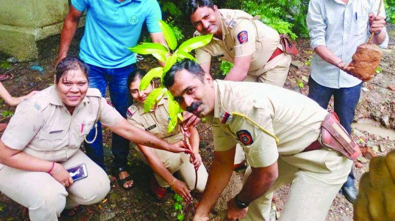 Mumbai police plant a sapling with Green Yatra members