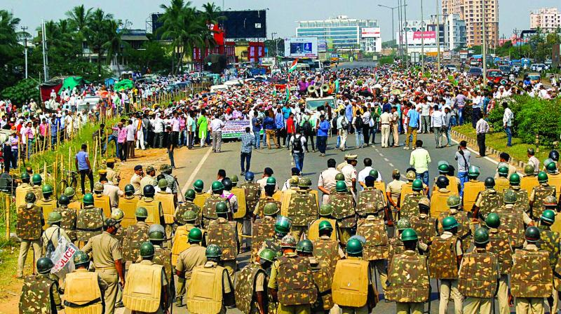 Farmers defy Section 144, press for pension in Odisha march