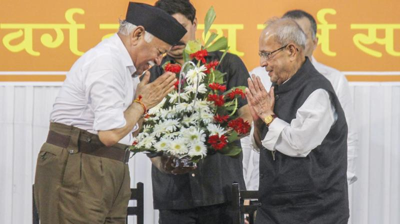 Former President Pranab Mukherjee is welcomed by RSS chief Mohan Bhagwat in Nagpur. (Photo: PTI)