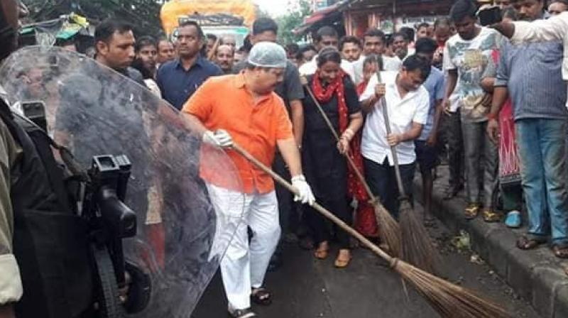 On Monday, Singh and his followers undertook a cleaning drive, as heaps of garbage along roadsides were growing bigger with each passing day. (Photo: Twitter)
