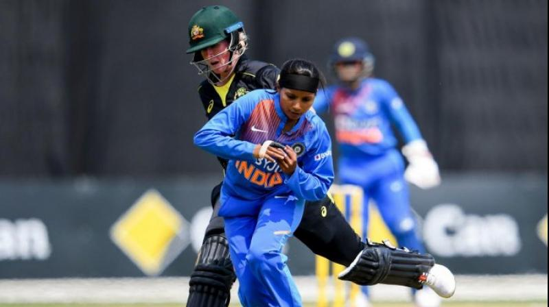Australian batswoman Beth Mooney (L) collides with India's Rajeshwari Gayakwad (R) in the final of their women's Twenty20 International tri-series cricket match in Melboune. AFP photo