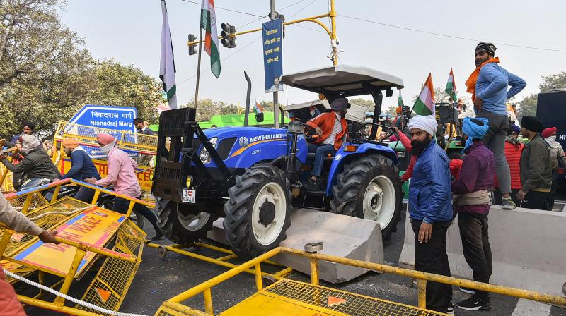 Farmers attempt to break barricades as they try to march towards Red Fort during 'Kisan Gantantra Parade' amid the 72nd Republic Day celebrations, in New Delhi, Tuesday, Jan. 26, 2021. (PTI)