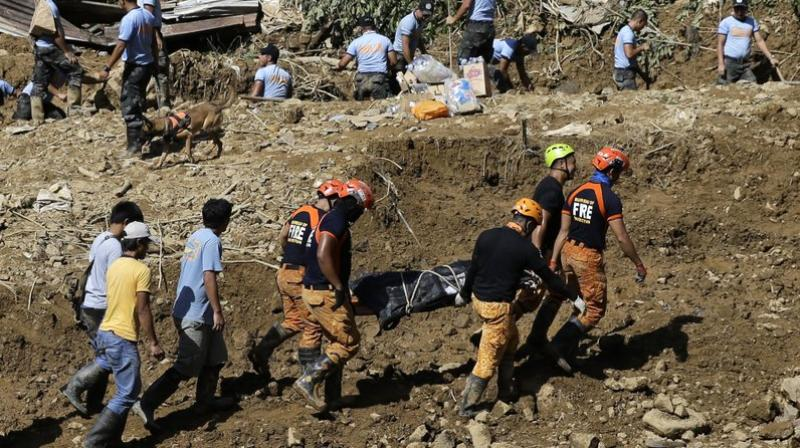 Rescuers carry a body they recovered at the site where victims are believed to have been buried by a landslide after Typhoon Mangkhut lashed Itogon, Benguet province in northern Philippines. (Photo: AP)