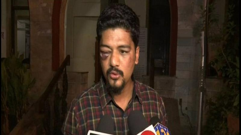 Herman Gomes, working with a private TV channel, was returning home along with a friend in a taxi on Sunday when he saw four to six men waiting near his house in Gamdevi area. (Photo: ANI)