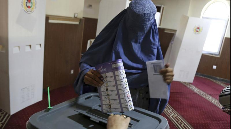 A woman casts her vote in Parliamentary elections in old city of Kabul, Afghanistan, Saturday, October 20, 2018. (Photo: AP)