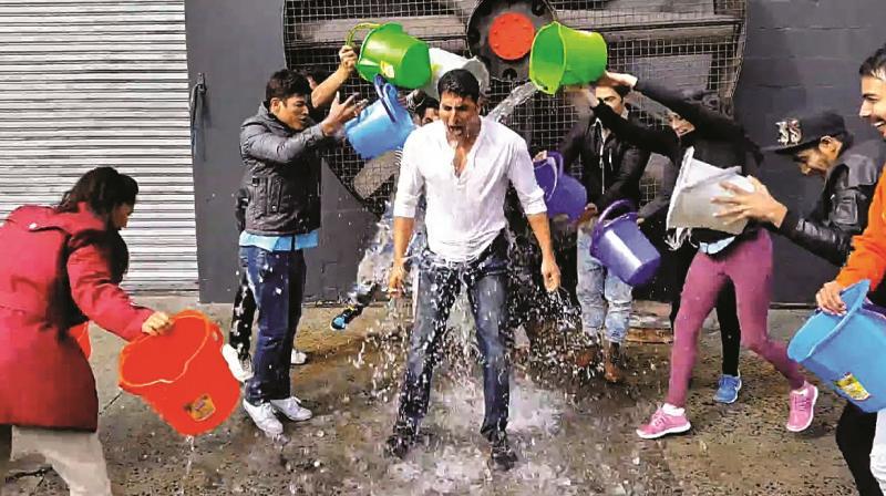 Akshay Kumar taking the ice bucket challenge