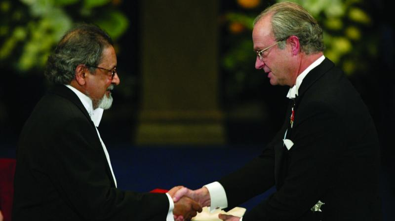 In this file photo dated December 10, 2001, V.S. Naipaul receives the Nobel Prize for literature from Sweden's King Carl Gustaf at the Stockholm Concert Hall. (Photo: AP)