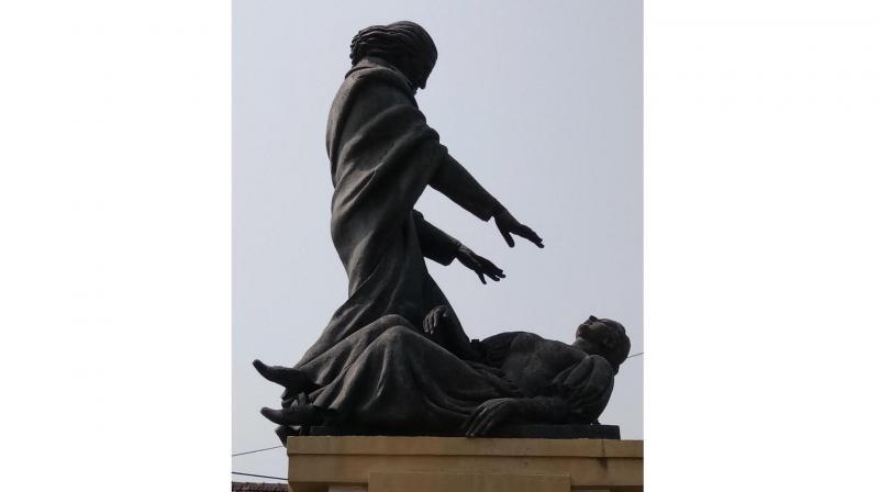 Statue of Abbé Faria hypnotising a woman in Panjim.