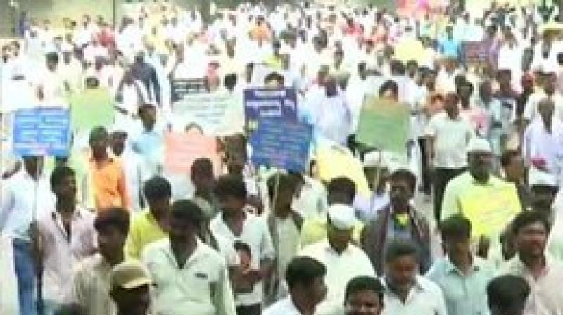 The protesters poured into the city from different parts of the State, particularly the Vokkaliga stronghold of Old Mysuru region, in respose to