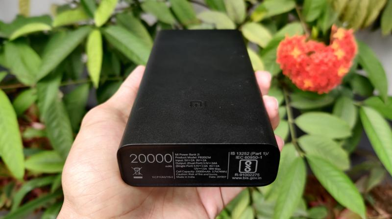 The styling of teh Mi Powerbank 2i is very minimal and you get a plain black look all over the device.