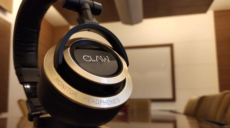 The SM100 headphones are very comfortable to wear thanks to the big, cushioned and breathable earmuffs.