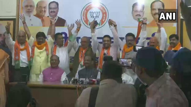 Sukhdeo Bhagat and Manoj Yadav of the Congress, Kunal Sarangi of the JMM and Independent MLA Bhanu Pratap Sahi joined the BJP in the presence of Chief Minister Raghubar Das at the party office. (Photo: Twitter | ANI)