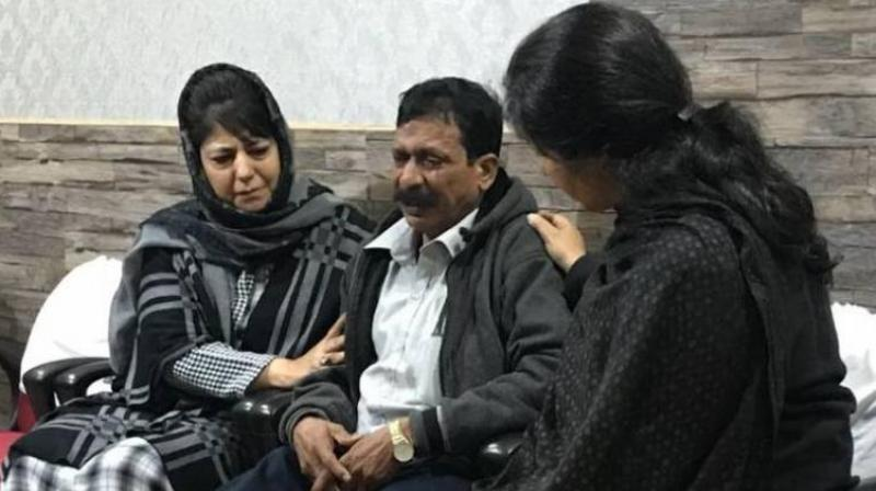 J&K Chief Minister, Mehbooba Mufti, consoling R Thirumani's father at Srinagar police hospital. (Photo: DC)