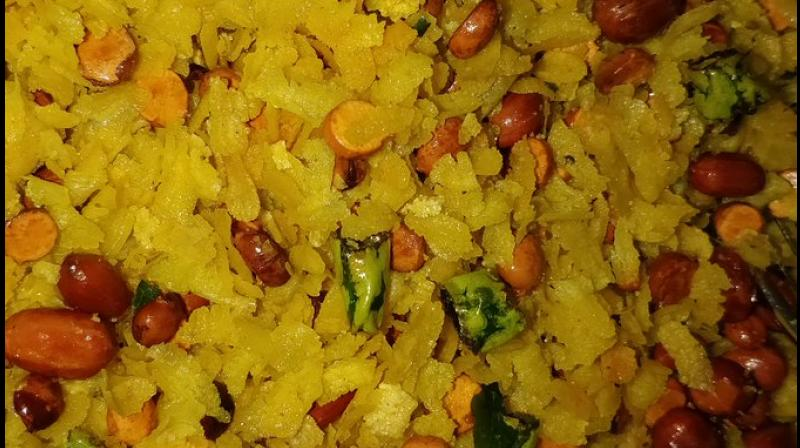 The 'Indori poha' is a breakfast staple made from flattened rice flakes. (Photo: Twitter @dakuwithchaku)