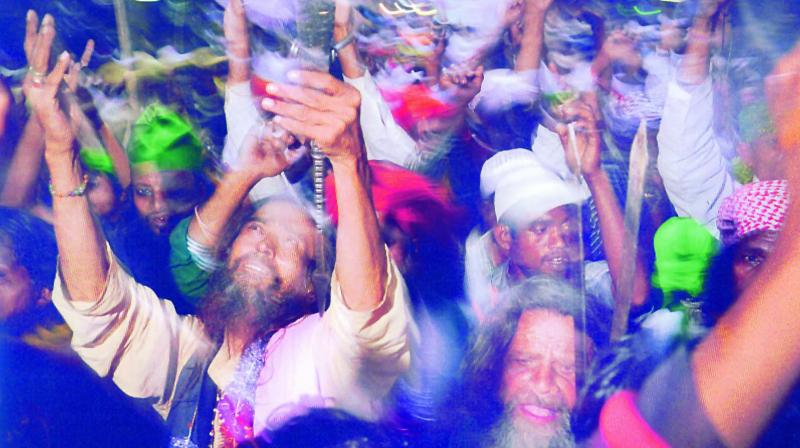 Piligrims reach Ajmer and react to the first sight of their destination: the shrine of Sufi saint Moin-ud-din Chishti.