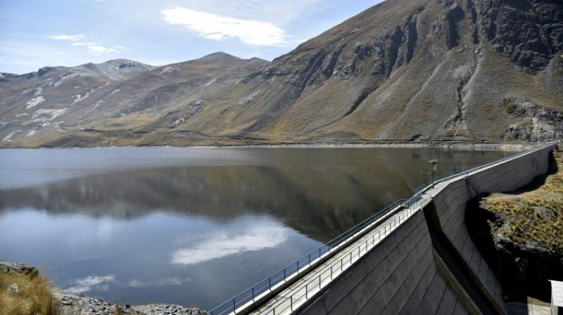 The Inkachaka dam looks full, but the snowcaps in the mountains around have disappeared. (Photo: AFP)