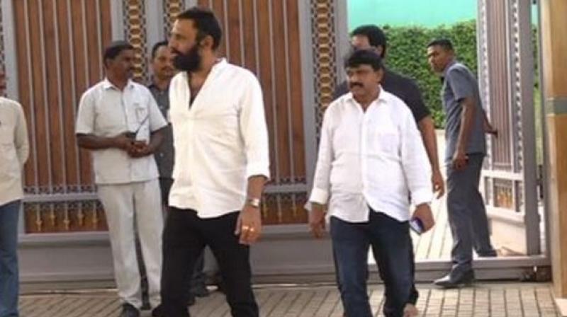 Telugu Desam Party (TDP) MLA Vallabhaneni Vamsi met Andhra Pradesh Chief Minister YS Jagan Mohan Reddy at his residence on Friday evening. (Photo: ANI)