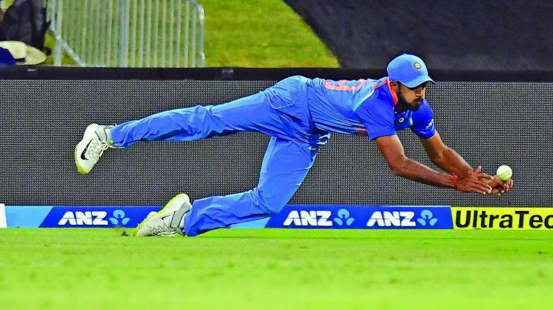 All-rounder Vijay Shankar attempts a catch. (Photo: AP)