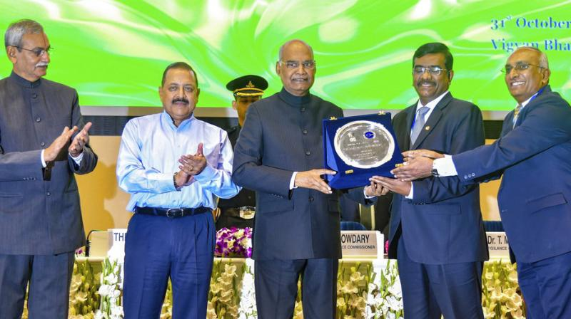 President Ram Nath Kovind persents Vigilance Award as MoS, PMO, Jitender Singh and Central Vigilance Commissioner KV Chowdary look on. (Photo: PTI)