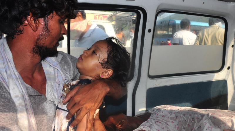 A man carries a child to an ambulance after she was exposed to styrene gas that leaked out of tanks at a factory owned by L G Polymers in Visakhapatnam, Andhra Pradesh on Thursday, May 7, 2020. Eleven people were killed in the industrial accident. (AA Photo: P Narasimha Murthy)