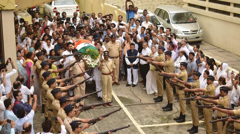 Friends and family members pay tribute to the mortal remains of former Indian cricketer Ajit Wadekar at his funeral procession in Mumbai. (Photo: Debasish Dey)