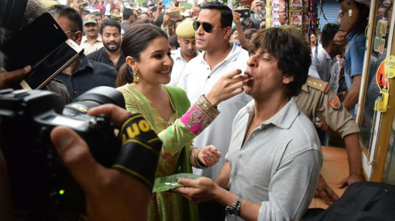 Shah Rukh and Anushka enjoying the sweet-flavoured Benarasi paan on the streets of Benaras.