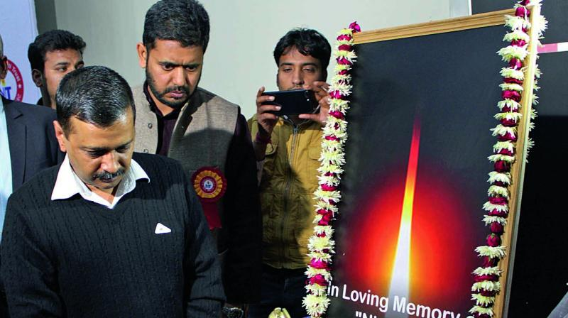 Chief minister Arvind Kejriwal pays tribute to the victim of the December 16 gangrape in New Delhi. (Photo: PTI)
