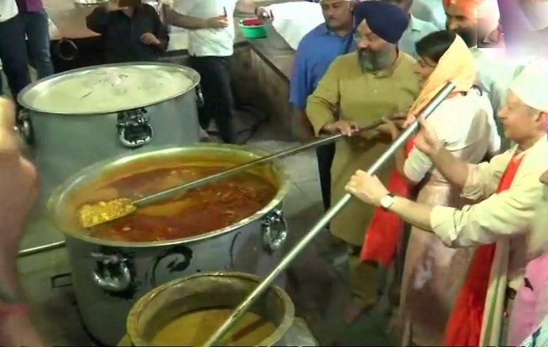 Nikki Haley prepares food for 'langar' during her visit to Gurudwara Sis Ganj Sahib in Delhi. (Photo: Twitter | ANI)