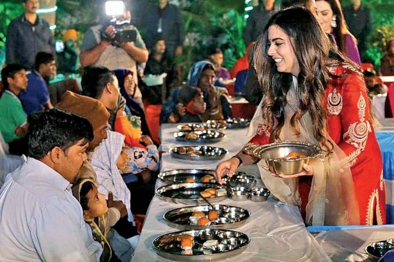 Isha Ambani serving food to the guests as part of the Anna Seva ceremony.