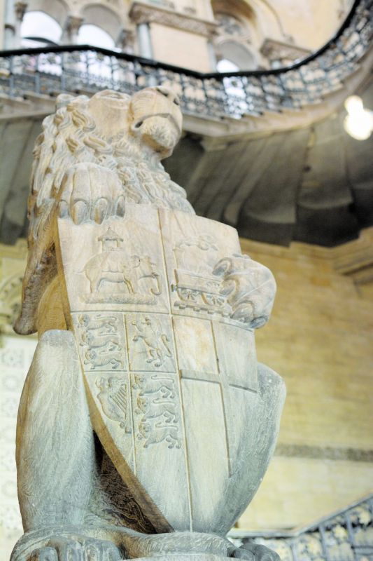 A lion holds a crest carved with Anglo-Indian symbols related to the GIPR