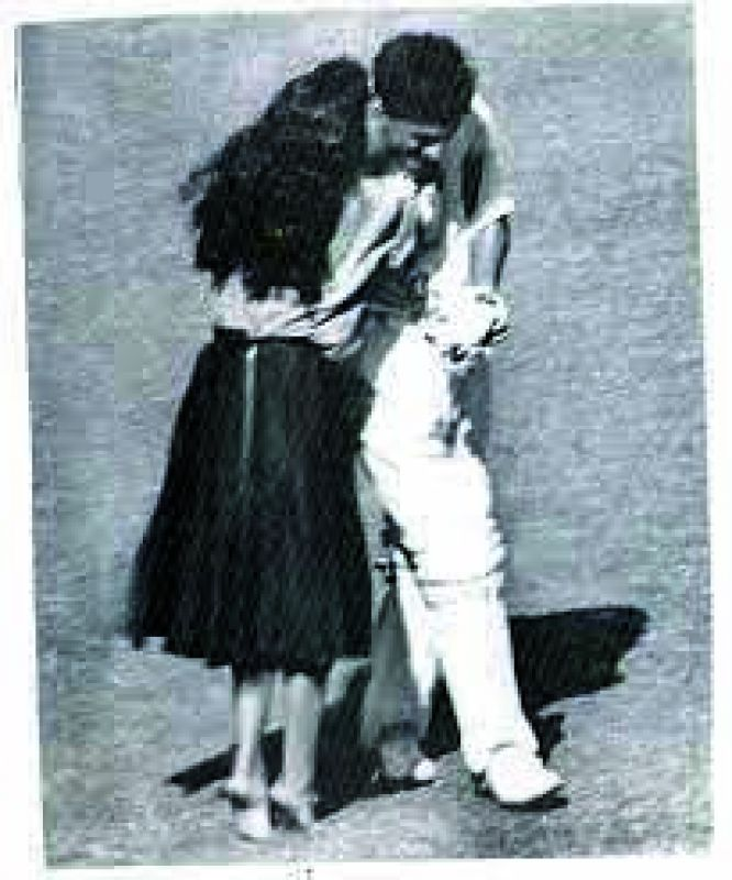 The photo of cricketer Abbas Ali Baig and the legendary 1960 kiss! This happened during the 3rd Test match between India and Austrailia.