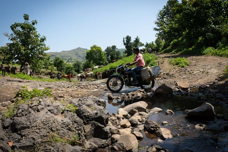 Motorcycles are the only resort to travel in these far flung areas of Barwani and Alirajpur because of the bad road conditions and the absence of roads altogether. (Photo: MoHFW)