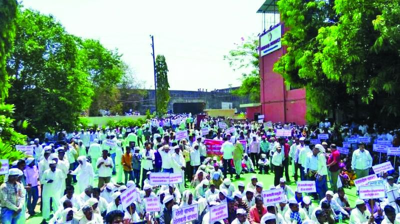 Farmers protesting in Shahapur against the E-way