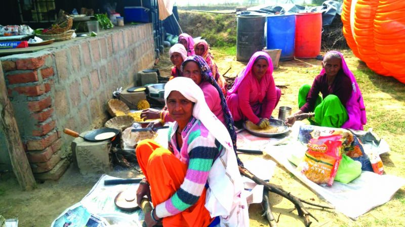 Women farmers making rotis for a brunch
