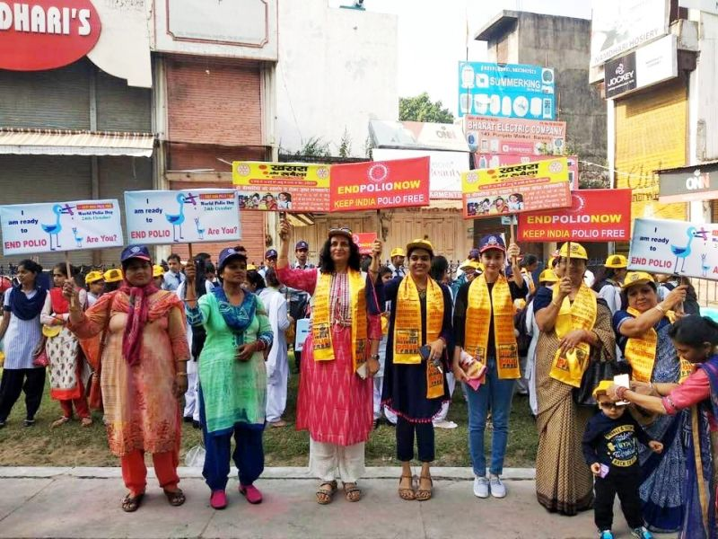 Dr Deepa Singh (centre), enthusiastically campaigning to spread awareness about the polio vaccine at an immunisation drive in Bareilly. (Photo: MoHFW)