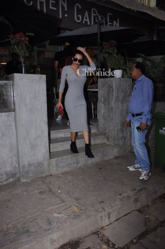 Snapped: Malaika Arora Khan stops by a street-side vendor to buy strawberries
