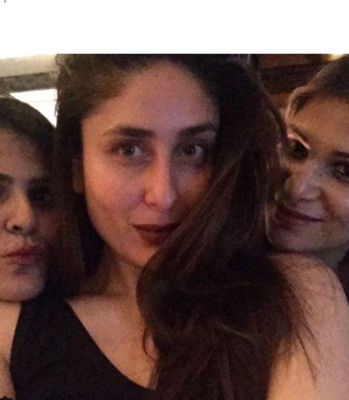 Kareena Kapoor Khan poses with Tanvi and others.